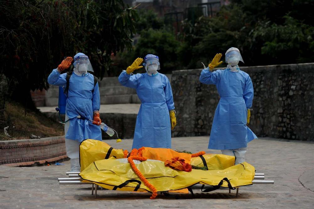 Ngay lúc này tại quốc gia sắp nối gót Ấn Độ: Lò hỏa thiêu nghi ngút suốt ngày đêm, thân nhân uất nghẹn tiễn biệt người chết qua cánh cổng sắt-10