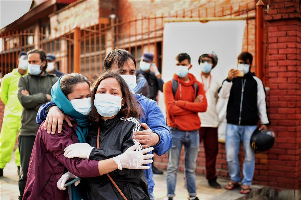 Ngay lúc này tại quốc gia sắp nối gót Ấn Độ: Lò hỏa thiêu nghi ngút suốt ngày đêm, thân nhân uất nghẹn tiễn biệt người chết qua cánh cổng sắt-3