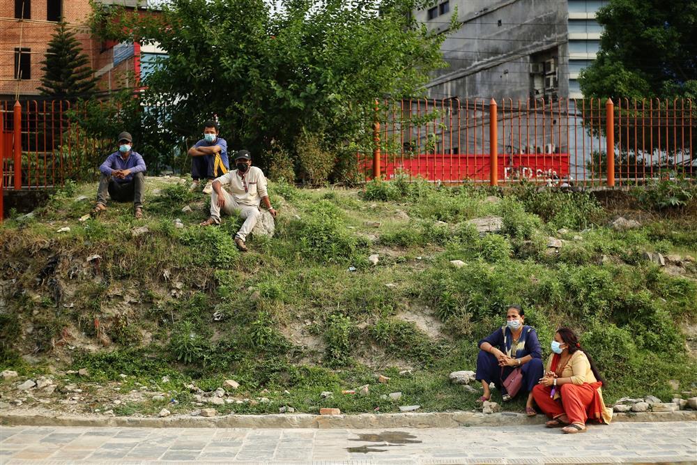 Ngay lúc này tại quốc gia sắp nối gót Ấn Độ: Lò hỏa thiêu nghi ngút suốt ngày đêm, thân nhân uất nghẹn tiễn biệt người chết qua cánh cổng sắt-5