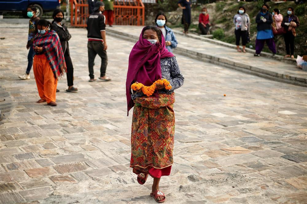 Ngay lúc này tại quốc gia sắp nối gót Ấn Độ: Lò hỏa thiêu nghi ngút suốt ngày đêm, thân nhân uất nghẹn tiễn biệt người chết qua cánh cổng sắt-7