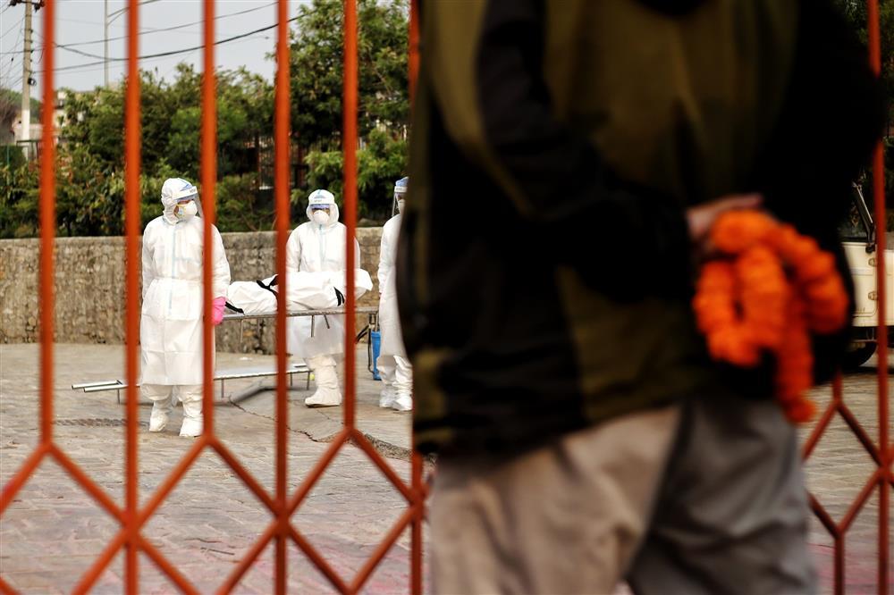 Ngay lúc này tại quốc gia sắp nối gót Ấn Độ: Lò hỏa thiêu nghi ngút suốt ngày đêm, thân nhân uất nghẹn tiễn biệt người chết qua cánh cổng sắt-9