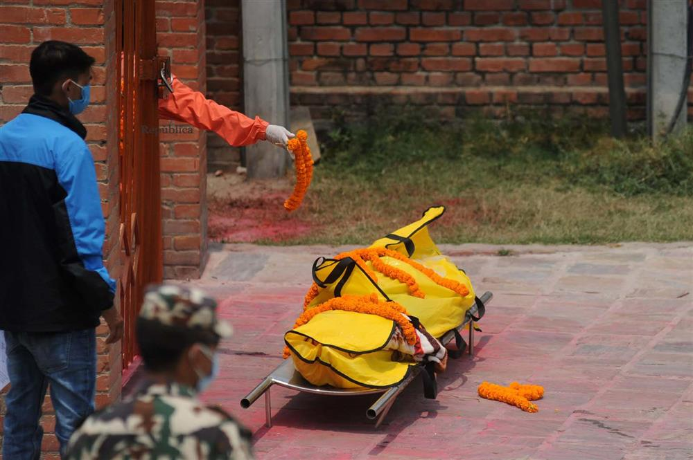 Ngay lúc này tại quốc gia sắp nối gót Ấn Độ: Lò hỏa thiêu nghi ngút suốt ngày đêm, thân nhân uất nghẹn tiễn biệt người chết qua cánh cổng sắt-13