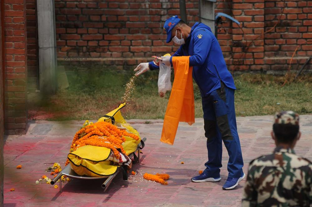 Ngay lúc này tại quốc gia sắp nối gót Ấn Độ: Lò hỏa thiêu nghi ngút suốt ngày đêm, thân nhân uất nghẹn tiễn biệt người chết qua cánh cổng sắt-14