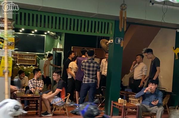Hà Nội trước giờ dừng hàng quán vỉa hè: Nhiều người không tuân thủ quy định đeo khẩu trang-1