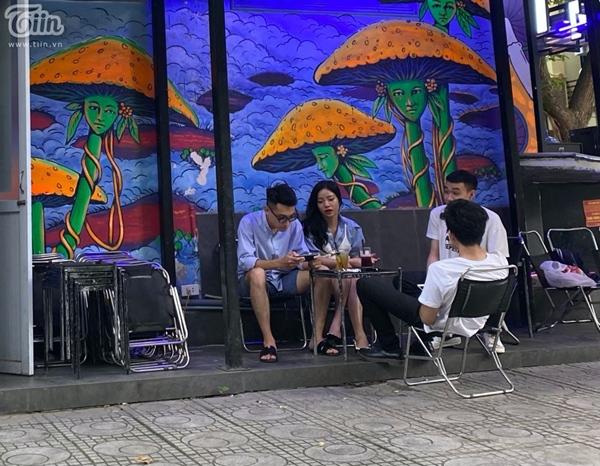 Hà Nội trước giờ dừng hàng quán vỉa hè: Nhiều người không tuân thủ quy định đeo khẩu trang-2