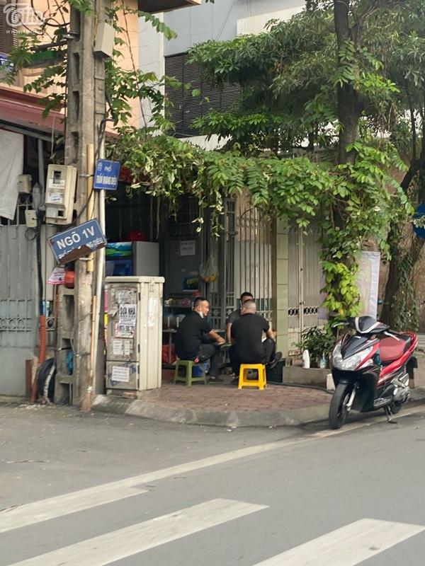 Hà Nội trước giờ dừng hàng quán vỉa hè: Nhiều người không tuân thủ quy định đeo khẩu trang-3