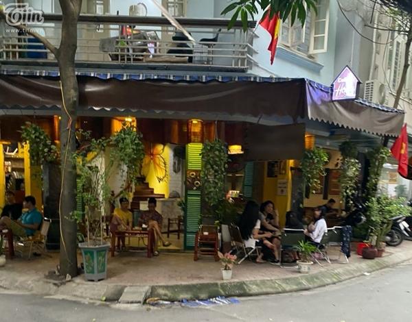 Hà Nội trước giờ dừng hàng quán vỉa hè: Nhiều người không tuân thủ quy định đeo khẩu trang-4