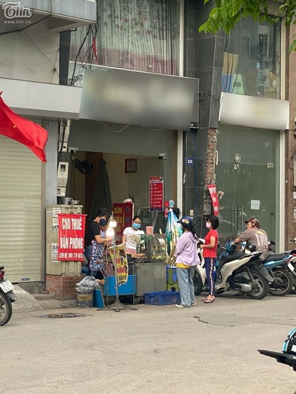 Hà Nội trước giờ dừng hàng quán vỉa hè: Nhiều người không tuân thủ quy định đeo khẩu trang-5