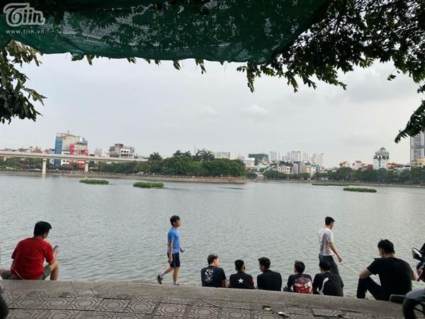 Hà Nội trước giờ dừng hàng quán vỉa hè: Nhiều người không tuân thủ quy định đeo khẩu trang-6