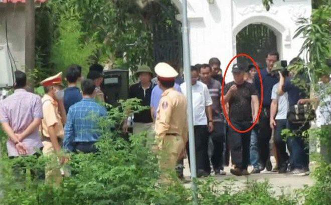 Vụ chủ nhà bắn c.h.ết 2 người trước cổng: Sau khi nổ súng, Phú dùng chân đẩy người bị bắn ra khỏi cổng-1
