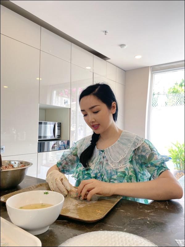 Không chỉ giỏi cầm kỳ thi họa, Hoa hậu Giáng My còn đảm đang khó ai bằng, sáng sớm đã vào bếp chuẩn bị cơm ngon canh ngọt-3