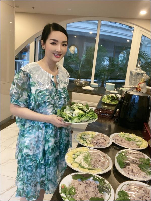 Không chỉ giỏi cầm kỳ thi họa, Hoa hậu Giáng My còn đảm đang khó ai bằng, sáng sớm đã vào bếp chuẩn bị cơm ngon canh ngọt-2