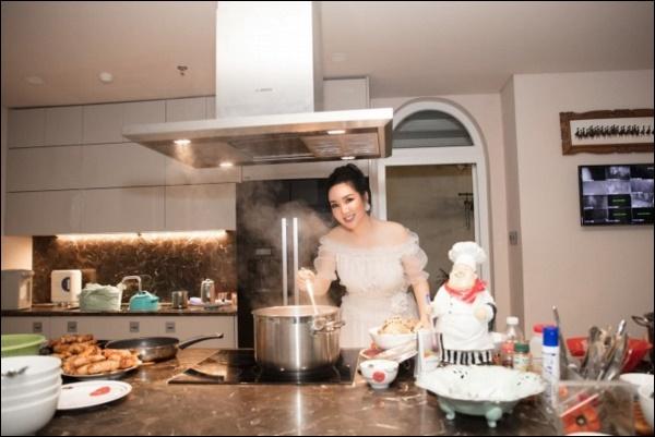 Không chỉ giỏi cầm kỳ thi họa, Hoa hậu Giáng My còn đảm đang khó ai bằng, sáng sớm đã vào bếp chuẩn bị cơm ngon canh ngọt-9