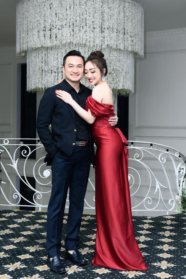 Bà xã Chi Bảo khoe được chồng tặng biệt thự view biển siêu đồ sộ, phản ứng lầy lội khiến dân tình phải bật cười-6