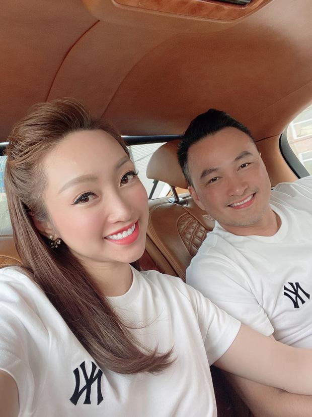 Bà xã Chi Bảo khoe được chồng tặng biệt thự view biển siêu đồ sộ, phản ứng lầy lội khiến dân tình phải bật cười-7