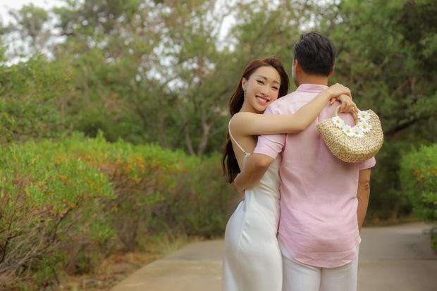 Bà xã Chi Bảo khoe được chồng tặng biệt thự view biển siêu đồ sộ, phản ứng lầy lội khiến dân tình phải bật cười-8