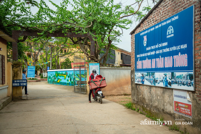 Thông tin mới nhất vụ thầy giáo tát, đạp học sinh trên bục giảng ở Bắc Giang: Trường quyết định chấm dứt hợp đồng với thầy-2