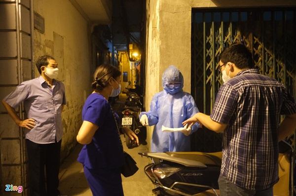 Phong tỏa nơi ở của bác sĩ mắc Covid-19 tại Hà Nội-8
