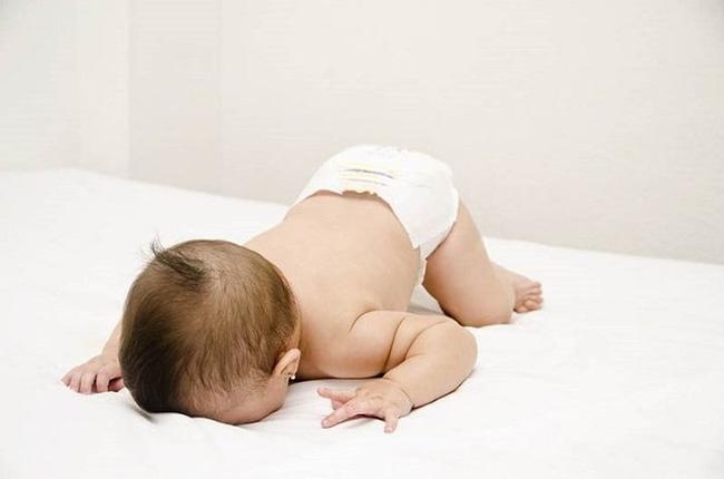 3 tư thế ngủ ảnh hưởng đến chiều cao của trẻ, mẹ không giúp sửa thì con có thể bị lùn trong tương lai-2