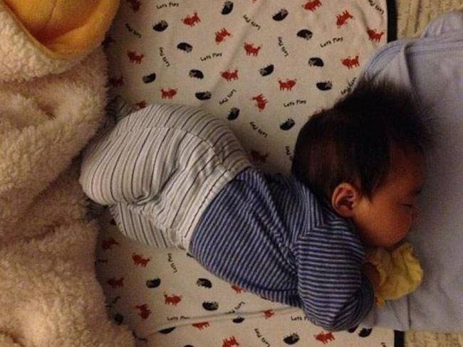 3 tư thế ngủ ảnh hưởng đến chiều cao của trẻ, mẹ không giúp sửa thì con có thể bị lùn trong tương lai-3