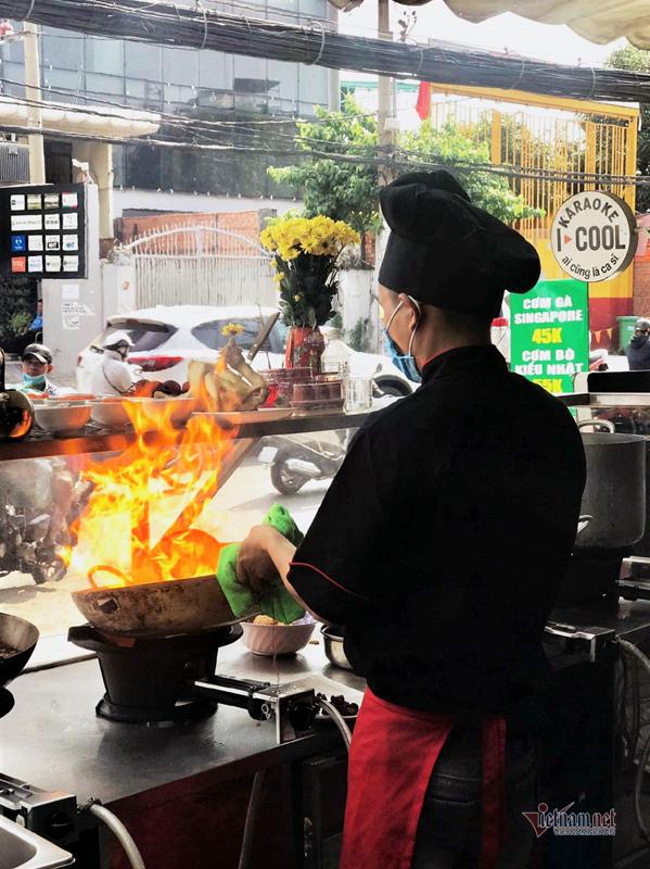 Mỗi tháng mất đứt 5 tỷ, ông chủ karaoke đứng bếp bán đồ ăn nhanh-4
