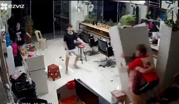 Đôi nam nữ lén lút ôm nhau làm đổ sập tủ đựng mỹ phẩm, khoảnh khắc bị camera an ninh ghi lại khiến ai nấy đỏ mặt thay!-1