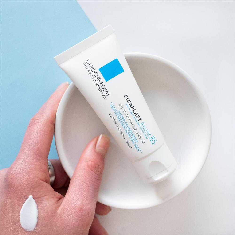 Da mất độ ẩm trong mùa hè: Bác sĩ điểm mặt từng lọ sữa rửa mặt và serum cấp ẩm giúp cứu nguy kịp thời-7