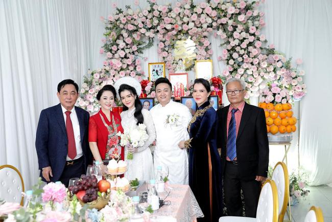 Luôn tự nhận mình đẹp, doanh nhân Nguyễn Phương Hằng liệu có lép vế khi đứng cạnh bà sui trong lễ đính hôn của con trai?-4