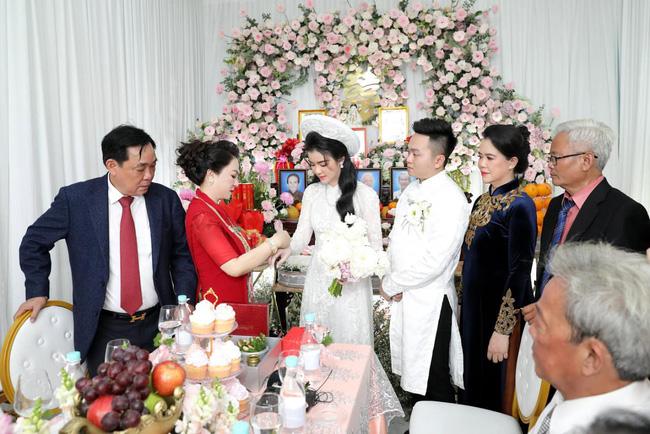 Luôn tự nhận mình đẹp, doanh nhân Nguyễn Phương Hằng liệu có lép vế khi đứng cạnh bà sui trong lễ đính hôn của con trai?-5