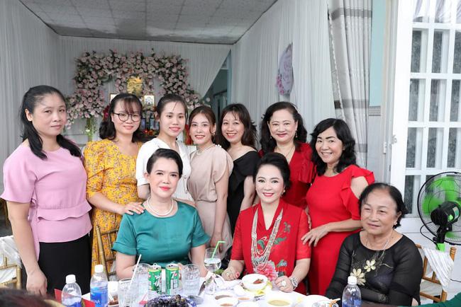 Luôn tự nhận mình đẹp, doanh nhân Nguyễn Phương Hằng liệu có lép vế khi đứng cạnh bà sui trong lễ đính hôn của con trai?-9