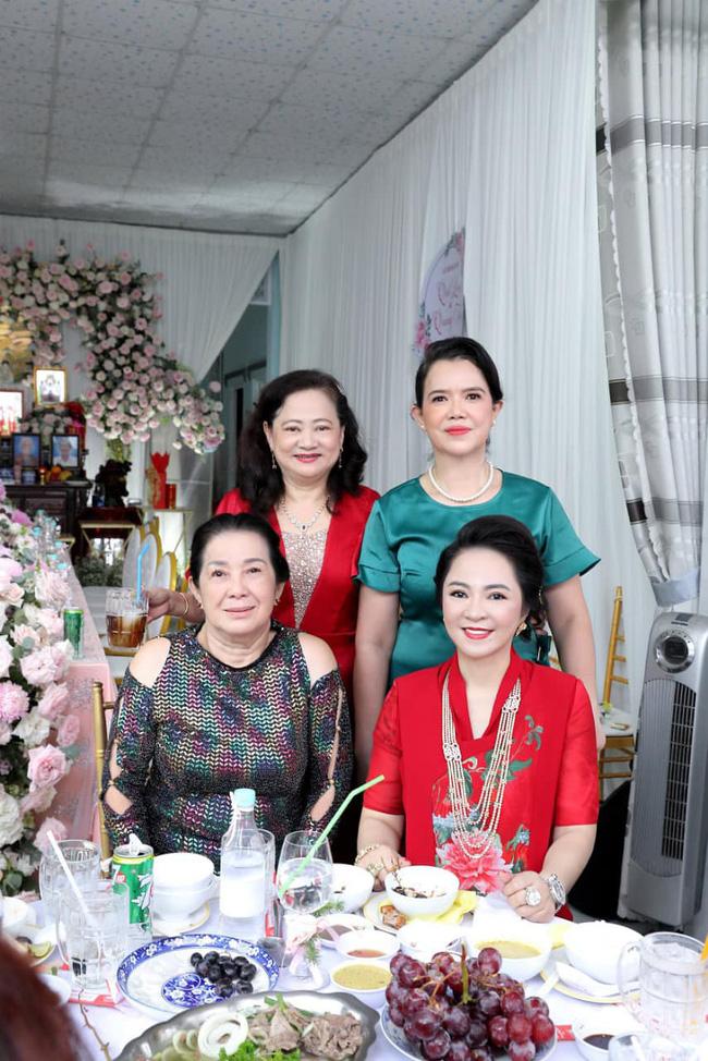 Luôn tự nhận mình đẹp, doanh nhân Nguyễn Phương Hằng liệu có lép vế khi đứng cạnh bà sui trong lễ đính hôn của con trai?-8
