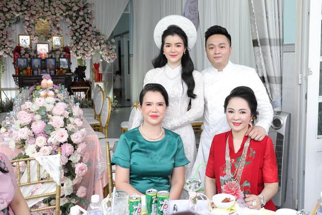 Luôn tự nhận mình đẹp, doanh nhân Nguyễn Phương Hằng liệu có lép vế khi đứng cạnh bà sui trong lễ đính hôn của con trai?-7