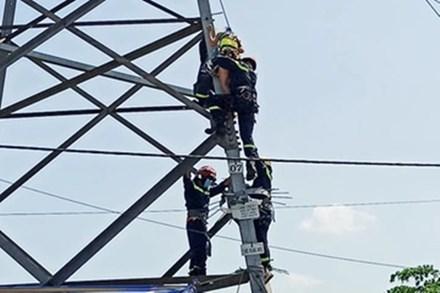 Cảnh sát giải cứu người phụ nữ leo cột điện cao thế