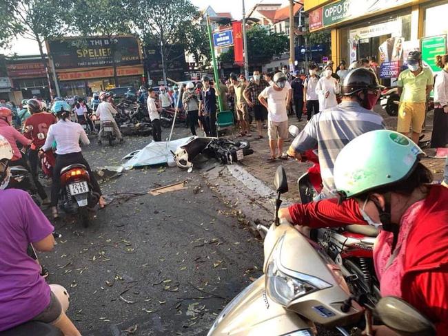 Nữ tài xế mất lái lao ô tô lên vỉa hè đâm hàng loạt xe máy khiến 2 người nhập viện, hình ảnh hiện trường gây ám ảnh-1