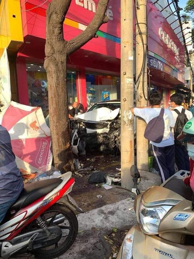 Nữ tài xế mất lái lao ô tô lên vỉa hè đâm hàng loạt xe máy khiến 2 người nhập viện, hình ảnh hiện trường gây ám ảnh-2