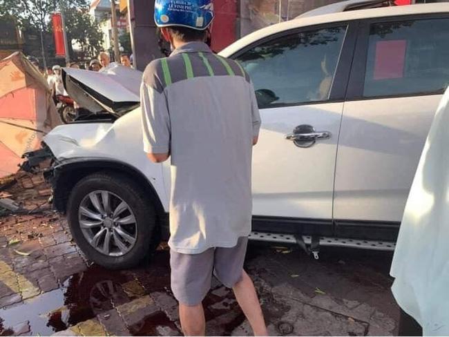 Nữ tài xế mất lái lao ô tô lên vỉa hè đâm hàng loạt xe máy khiến 2 người nhập viện, hình ảnh hiện trường gây ám ảnh-3
