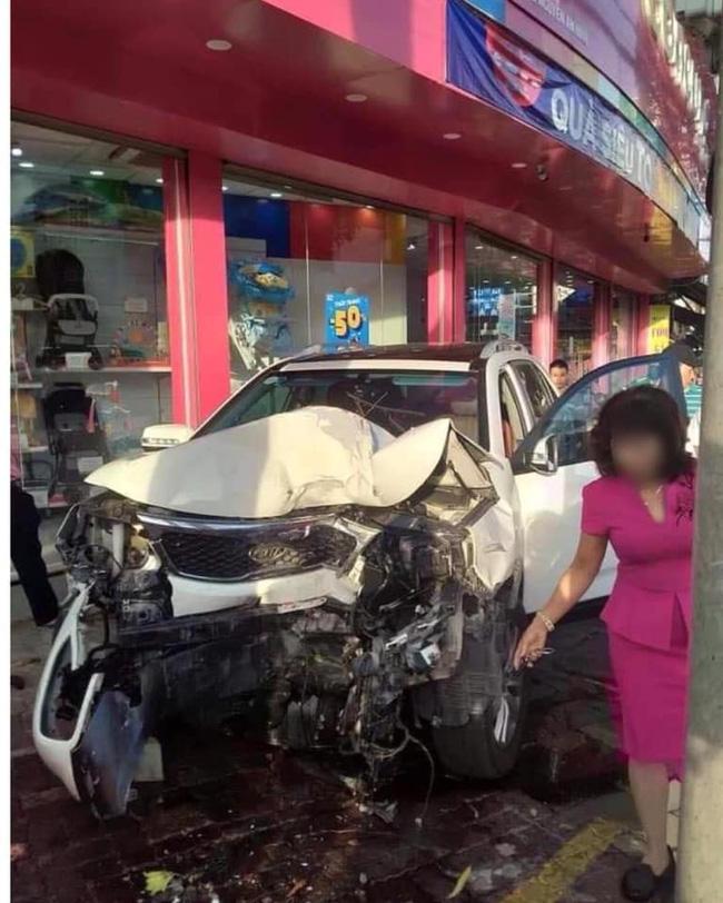 Nữ tài xế mất lái lao ô tô lên vỉa hè đâm hàng loạt xe máy khiến 2 người nhập viện, hình ảnh hiện trường gây ám ảnh-5