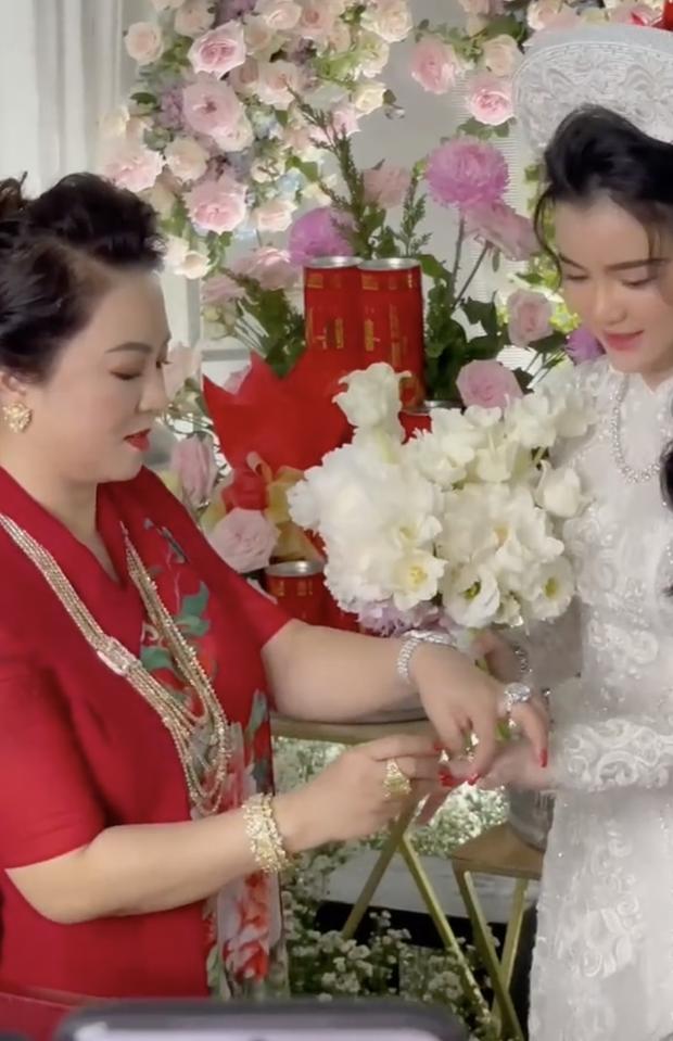 Con dâu sinh năm 96 của bà chủ Đại Nam Phương Hằng khoá Facebook sau lễ đính hôn ngập kim cương-4