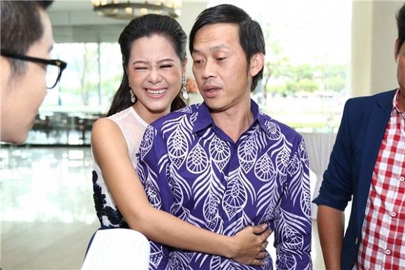 Bị bà Nguyễn Phương Hằng chỉ trích gay gắt vẫn im lặng, Hoài Linh là người sống ra sao?-4