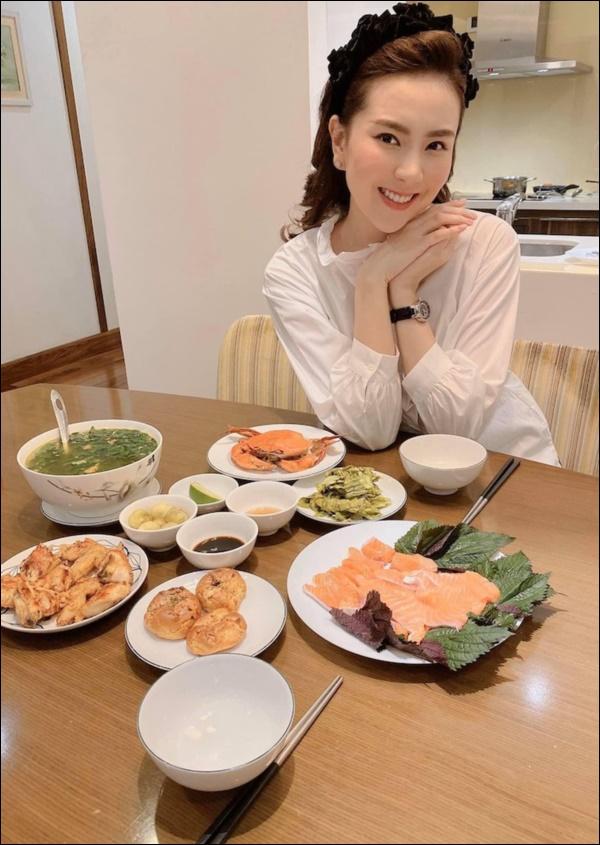 MC hot nhất VTV chăm chỉ ở nhà nấu ăn, nhìn mâm cơm ngon lành, sạch sẽ là biết cô nàng đảm đang cỡ nào-5