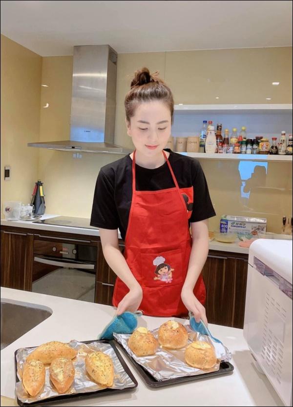 MC hot nhất VTV chăm chỉ ở nhà nấu ăn, nhìn mâm cơm ngon lành, sạch sẽ là biết cô nàng đảm đang cỡ nào-8