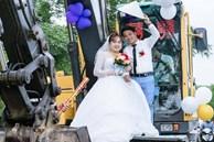 Chú rể ở Nghệ An huy động hàng chục máy xúc để làm xe đón dâu khiến dân tình thích thú