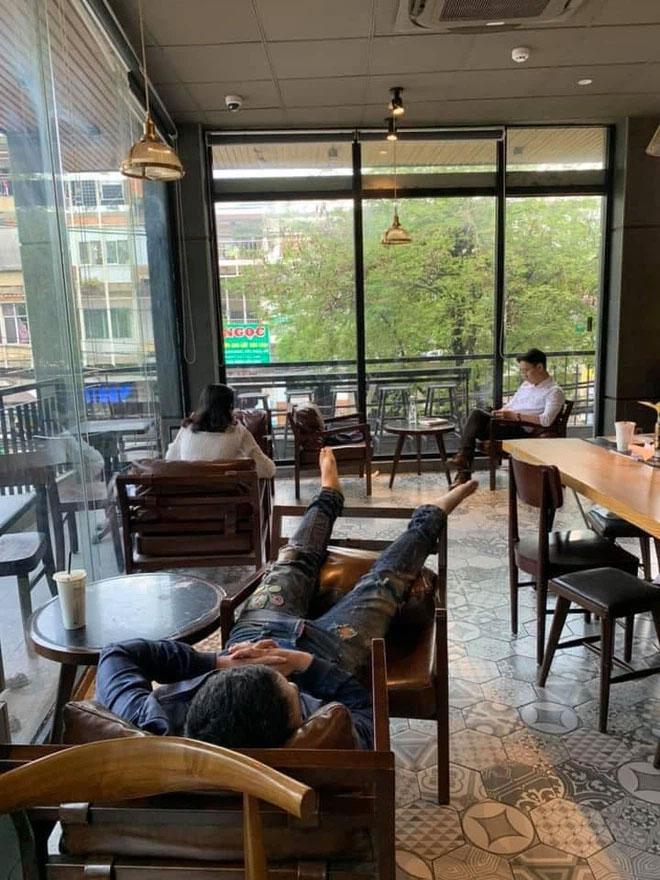 Thanh niên vô tư nằm dài trong quán cafe nhiều ngày, quản lý bất lực cầu cứu dân mạng-1