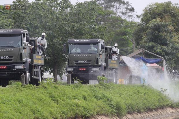 Ảnh: Quân đội tổng lực phun khử khuẩn, tiêu độc Bệnh viện Bệnh Nhiệt đới Trung ương cơ sở 2-1