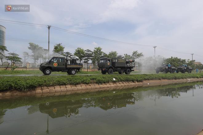 Ảnh: Quân đội tổng lực phun khử khuẩn, tiêu độc Bệnh viện Bệnh Nhiệt đới Trung ương cơ sở 2-2