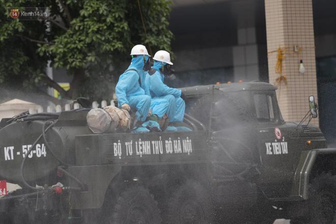 Ảnh: Quân đội tổng lực phun khử khuẩn, tiêu độc Bệnh viện Bệnh Nhiệt đới Trung ương cơ sở 2-3