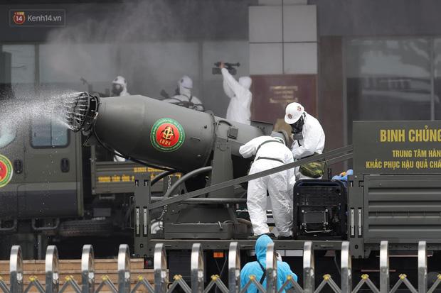 Ảnh: Quân đội tổng lực phun khử khuẩn, tiêu độc Bệnh viện Bệnh Nhiệt đới Trung ương cơ sở 2-4