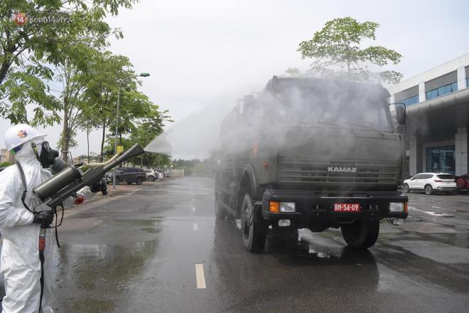 Ảnh: Quân đội tổng lực phun khử khuẩn, tiêu độc Bệnh viện Bệnh Nhiệt đới Trung ương cơ sở 2-10