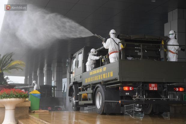 Ảnh: Quân đội tổng lực phun khử khuẩn, tiêu độc Bệnh viện Bệnh Nhiệt đới Trung ương cơ sở 2-11