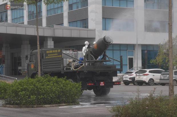 Ảnh: Quân đội tổng lực phun khử khuẩn, tiêu độc Bệnh viện Bệnh Nhiệt đới Trung ương cơ sở 2-12